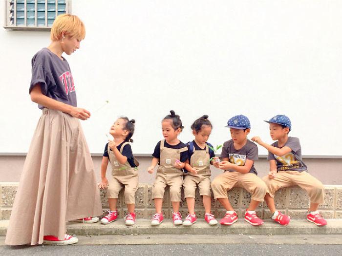 (7) majka-od-japonija-go-fotografira-svojot-neverojaten-zhivot-so-bliznaci-i-trojka-www.kafepauza.mk