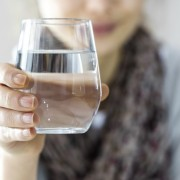 """Дали треба """"со сила"""" да пиете по 8 чаши вода дневно?"""
