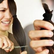 Луѓе се обидуваат сами да си ја пострижат косата користејќи туторијали од Јутјуб