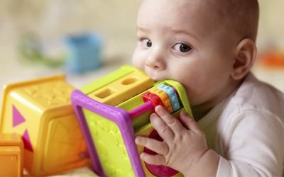 Оставете го бебето да ги става играчките во уста