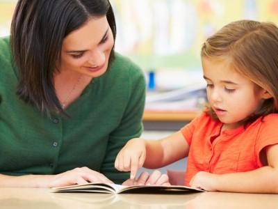 До сите родители: Зошто треба да им читате на децата бајки, приказни и рецепти?