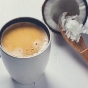 Зошто треба да почнете да ставате кокосово масло во вашето кафе?