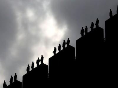 84 скулптури се појавиле на зградите во Лондон за да ја подигнат свесноста за самоубиството
